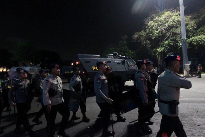 cdv indonesia choang fan malaysia lam loan khien cau thu phai roi di bang xe boc thep