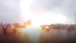 Video: Hãi hùng cảnh sét đánh ô tô toé lửa giữa phố đông