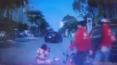 video pha bat can cua nguoi me khien con nho suyt mat mang