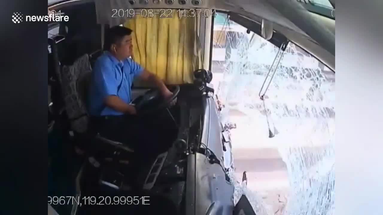 video cai ket dang cua tai xe ngoi nghich but trong khi dang lai xe khach