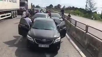 """Clip: Công an lái ô tô bao vây, chặn xe chở số lượng ma túy """"khủng"""" trên quốc lộ"""