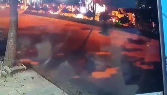 video hai hung canh xe ban tai co tinh dam 2 nguoi thuong vong roi lat nghieng tren via he