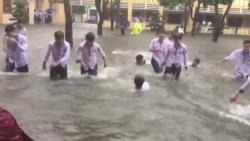 video choang canh hoc sinh boi giua san truong ngap nuoc o nghe an
