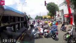 Video: Xe tải cán hàng loạt xe máy đang dừng đèn đỏ giữa Sài Gòn