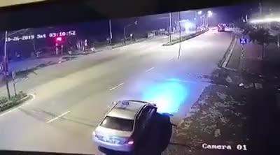 video hai hung xe khach phong nhu ten lua dam nat taxi khien 3 nguoi tu vong tai cho