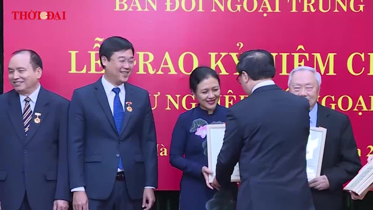 video trao ky niem chuong vi su nghiep doi ngoai dang cho 4 can bo cua lien hiep cac to chuc huu nghi viet nam