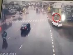 """Khó hiểu xe chạy """"rùa bò"""" bỗng chồm lên đâm chết cô gái đi bộ ở Lâm Đồng"""