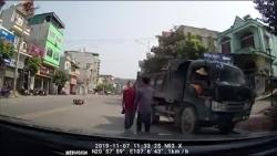 video hai hung o to vo co lao sang duong dam bay 2 nguoi di xe may