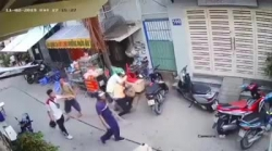 video soc canh 3 thanh nien chem toi tap nhom hoc sinh dang ngoi uong nuoc