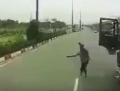 video khong duoc nhuong duong tai xe xe tai vac ma tau doi xu chu xe container