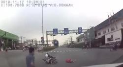 video o to phong nhu bay huc vang 2 nguoi di xe may len khong trung