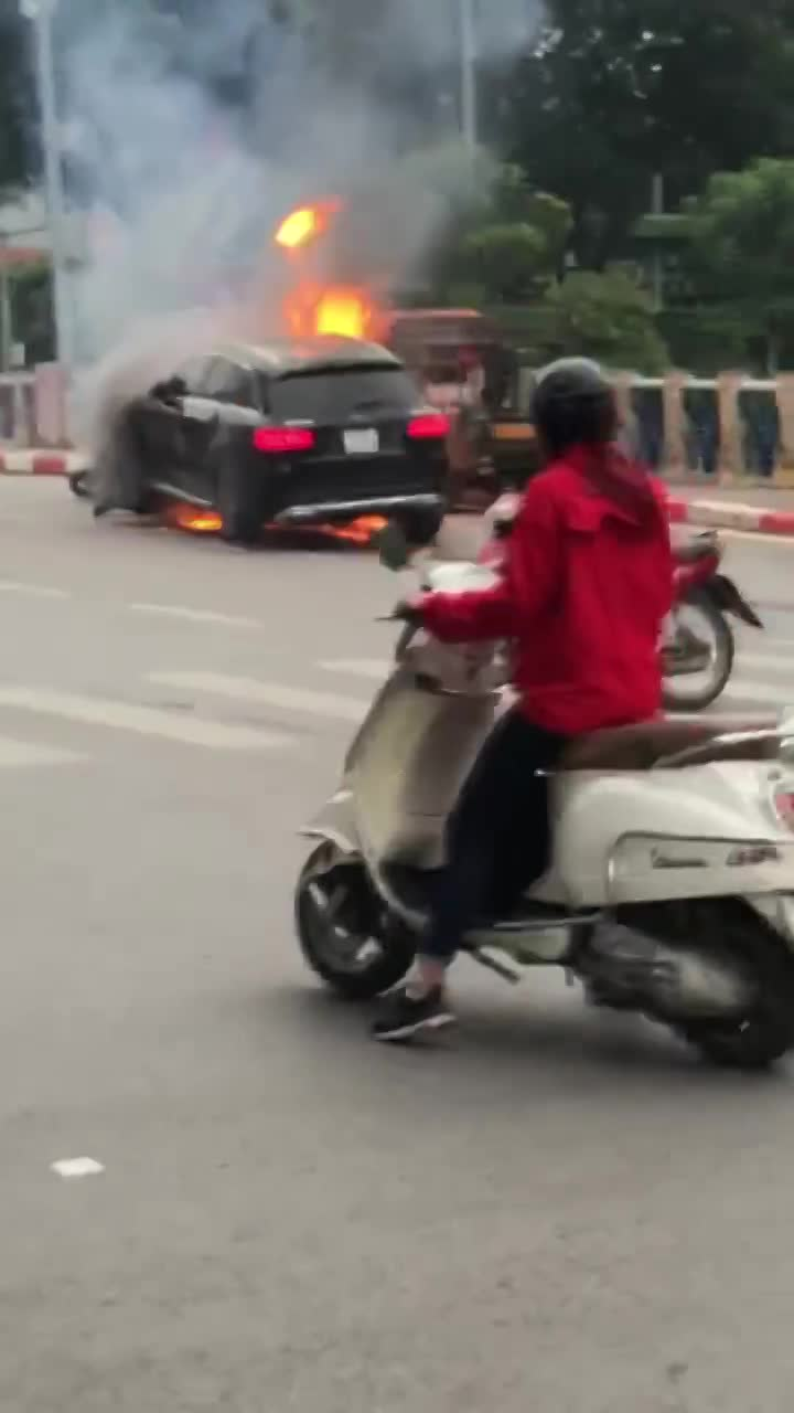 video khoanh khac mercedes boc chay ngun ngut giua pho ha noi