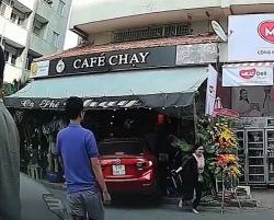 video hai hung nguoi di xe may bi o to chen thang len nguoi sau cu phong nhanh phanh gap