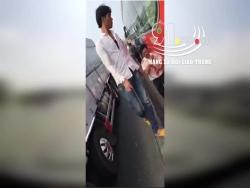video hai hung nu sinh du cua xe khach dang phong nhu bay tren duong