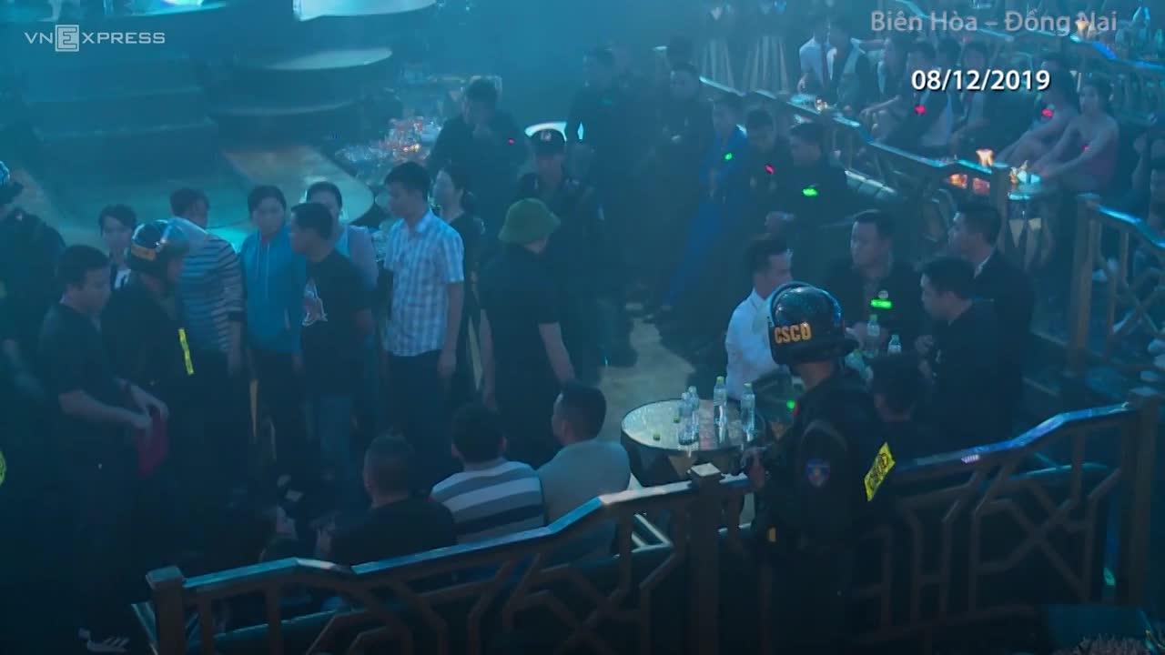 video gd cong an dong nai vu hong van cung hang tram canh sat dot kich quan bar