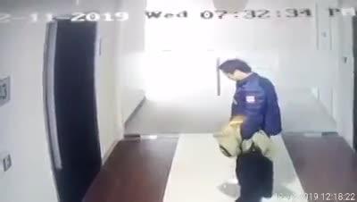 video nguoi dan ong than nhien tieu bay trong chung cu o ha noi