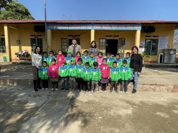 Liên hiệp Hữu nghị tỉnh Yên Bái trao tặng quần áo ấm cho gần 1.000 trẻ em vùng cao