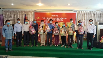 Trao 150 suất quà Tết cho các gia đình Việt kiều có hoàn cảnh khó khăn tại Phnom Penh (Campuchia)