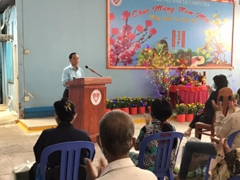 Hội hữu nghị Việt Nam-Campuchia TP.HCM cùng Hội Khmer - Việt Nam tặng quà Tết cho bà con gốc Việt