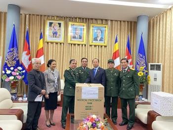 Hội Hữu nghị Việt Nam - Campuchia tặng vật tư y tế, tiền mặt ủng hộ nhân dân Campuchia chống COVID-19