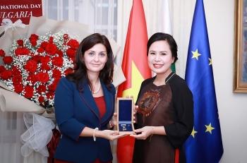 """Nhà giáo Bùi Thị Kim Xuân nhận huy hiệu danh dự """"Cành Nguyệt quế Vàng"""" của Bulgaria"""