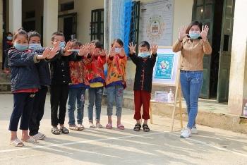 World Vision Việt Nam trao tặng 75.000 khẩu trang và 156 lít nước rửa tay đến người dân Tủa Chùa (Điện Biên)