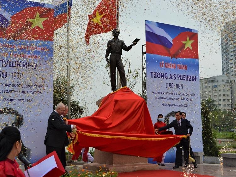Các đại biểu thực hiện nghi thức khánh thành và đặt hoa tại Tượng đài Đại thi hào Nga A.S. Pushkin.