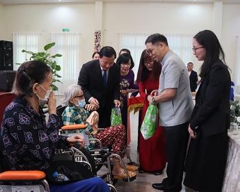 Tổng lãnh sự Thái Lan tại TP Hồ Chí Minh tặng xe lăn, xe lắc cho người khuyết tật tại Long An