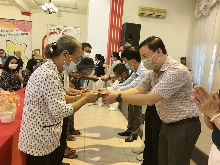 Ông Nguyễn Ngọc Hùng trao quà cho các hộ dân
