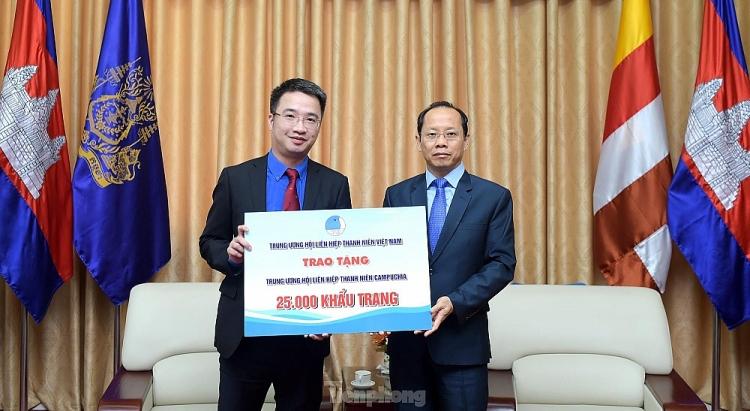 Thông qua Đại sứ quán Campuchia tại Việt Nam, T.Ư Hội LHTN Việt Nam tặng 25.000 khẩu trang đến T.Ư Hội LHTN Campuchia.