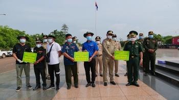 Thanh niên, BĐBP tỉnh Bình Phước tặng khẩu trang, đồ bảo hộ cho cho lực lượng vũ trang Campuchia