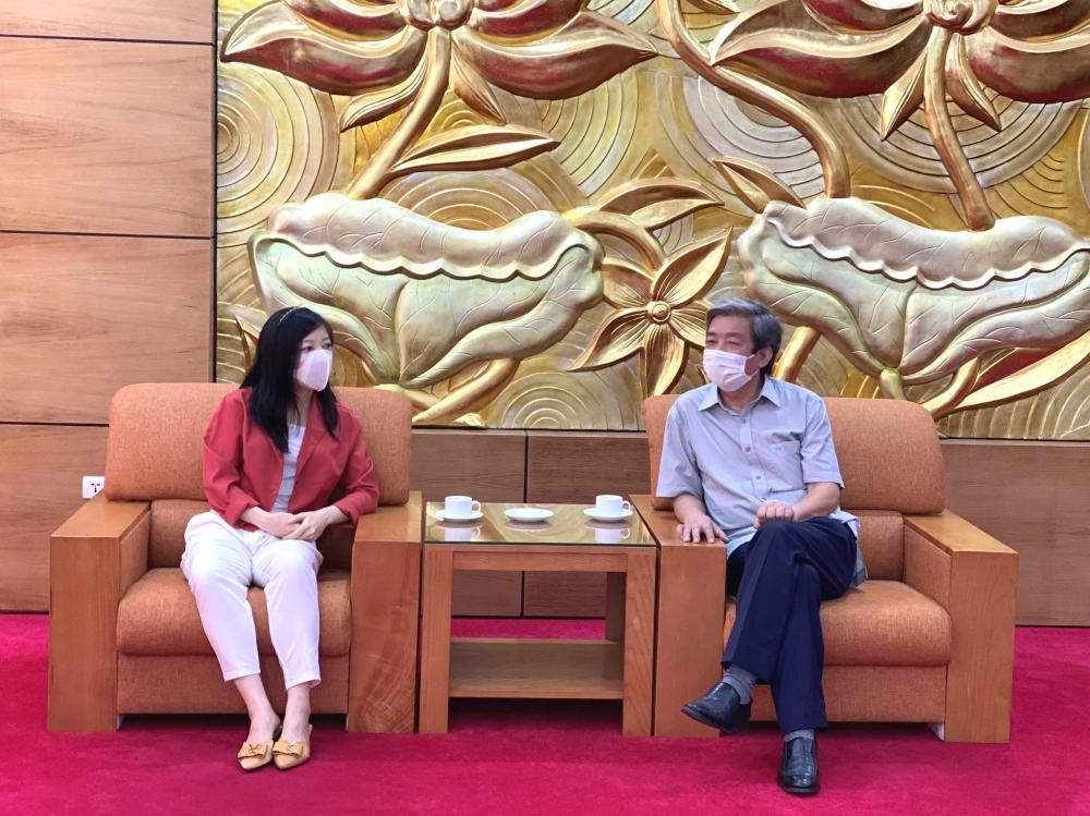Ông Hà Minh Huệ trao đổi với đại diện các tổ chức, cá nhân đóng góp