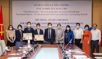 Hai chuyên gia JICA tại Việt Nam nhận Kỷ niệm chương do Bộ Xây dựng trao tặng