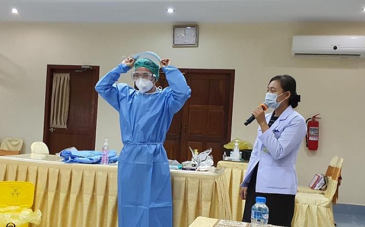 Nhóm chuyên gia Việt Nam tổ chức tập huấn công tác chuyên môn và kiểm soát nhiễm khuẩn cho nhân viên y tế thuộc các bệnh viện của tỉnh Champasak, ngày 15-5.