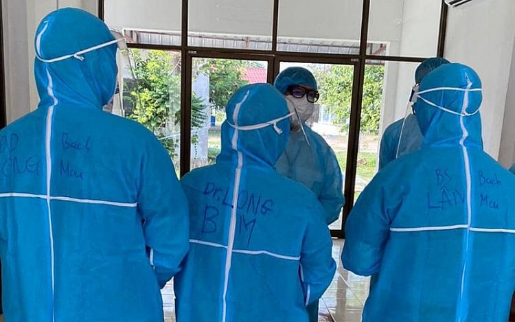 Các chuyên gia Việt Nam chuẩn bị vào hội chẩn bệnh nhân cấp cứu tại Bệnh viện Phonthong