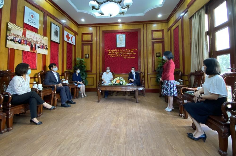 Các đại biểu trao đổi tại buổi lễ tiếp nhận.
