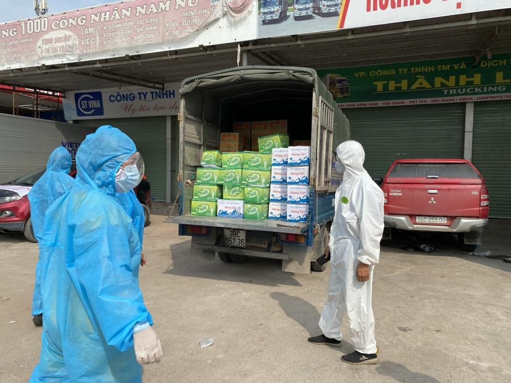 Tạp chí Thời Đại cùng các mạnh thường quân trao tặng nhu yếu phẩm trị giá 60 triệu đồng ủng hộ Bắc Giang chống dịch COVID-19