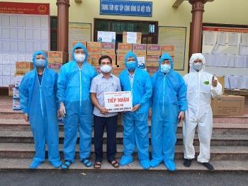 Video tạp chí Thời Đại cùng các nhà hảo tâm tặng nhu yếu phẩm hỗ trợ Bắc Giang chống dịch