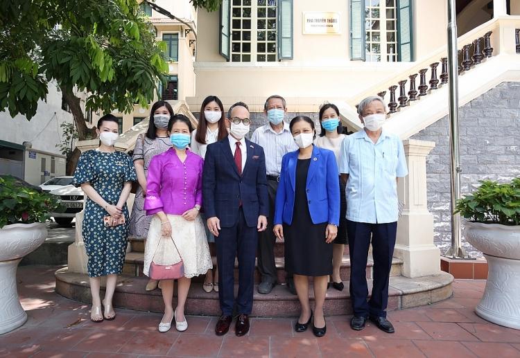 Chủ tịch VUFO Nguyễn Phương Nga chụp ảnh lưu nhiệm cùng Đại sứ Nikorndej Balankura và các đại biểu tham dự buổi tiếp (Ảnh: TV)
