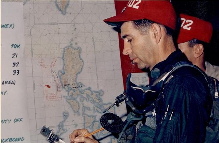 Mũi đạn từ chiếc máy bay chiến đấu phản lực bị bắn rơi của phi công Hải quân Gene Wilber đã được biến thành lọ hoa trong tang lễ của ông.