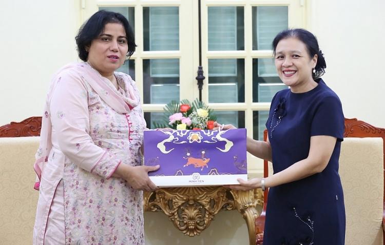 Chủ tịch VUFO Nguyễn Phương Nga và Đại sứ Pakistan tại Việt Nam Samina Mehtab. (Ảnh: Tuấn Việt)