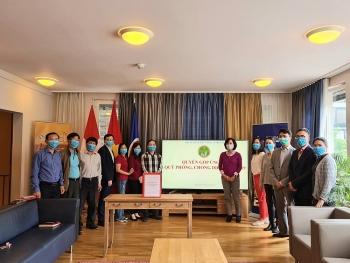 Đại sứ quán Việt Nam tại Thụy Sỹ quyên góp ủng hộ Quỹ phòng, chống dịch COVID-19