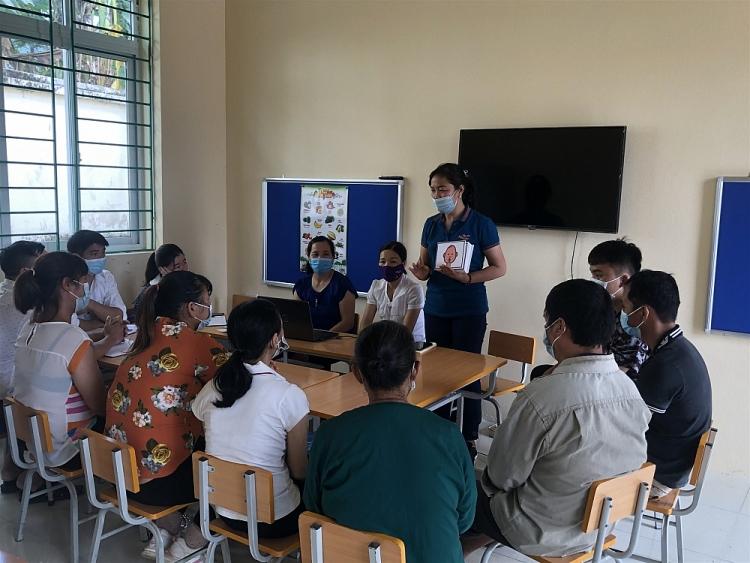Giáo viên dự án tập huấn kỹ năng giáo dục, chăm sóc trẻ khuyết tật cho hụ huynh và người chăm sóc trẻ khuyết tật.