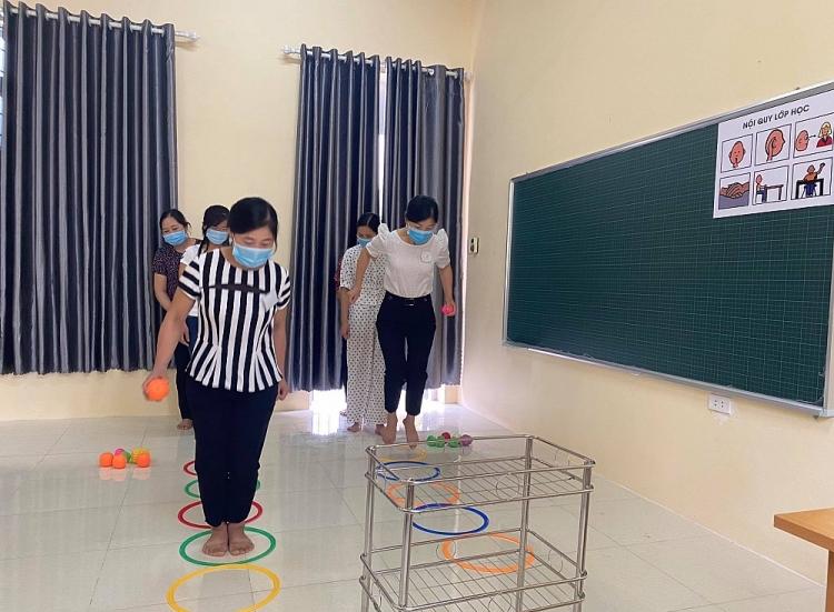 Giáo viên thực hành sử dụng đồ chơi vận động cho trẻ khuyết tật.