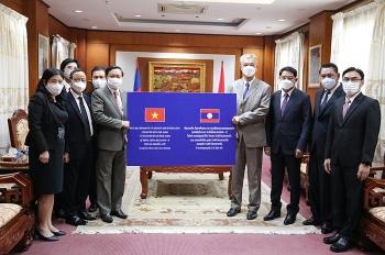 Người dân Vientiane (Lào) ủng hộ Hà Nội và TP Hồ Chí Minh phòng, chống dịch COVID-19