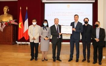 Cộng đồng người Việt tại Pháp, Hội Hữu nghị Pháp-Việt trao 20.000 Euro ủng hộ Quỹ vaccine phòng, chống COVID-19