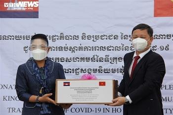 TP Hồ Chí Minh tiếp nhận thiết bị, vật tư y tế phòng chống dịch COVID-19 cho Campuchia trao tặng