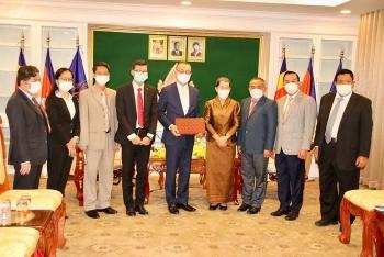 ĐSQ Việt Nam tại Campuchia tiếp nhận nguồn lực chống dịch COVID-19 do Hội Hữu nghị Campuchia-Việt Nam trao tặng