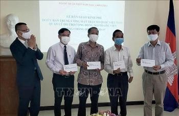 Bàn giao khoản hỗ trợ 85.000 USD giúp người Việt tại Campuchia phòng chống dịch COVID-19