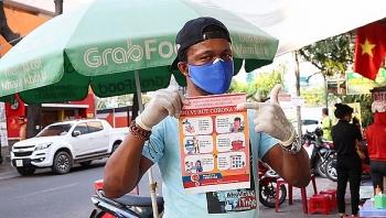 Người nước ngoài chung tay chống dịch COVID-19 ở Việt Nam